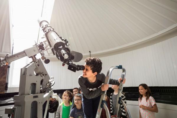 Een kijkje door de telescopen tijdens een kinderfeestje op Sonnenborgh
