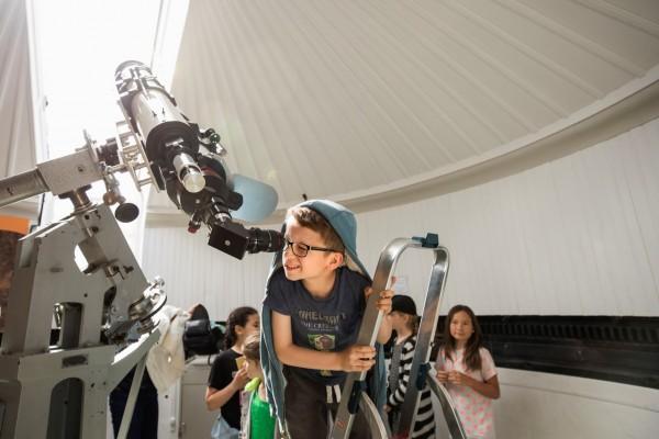 Kijken door de zonnetelescoop tijdens een les over sterrenkunde op Sonnenborgh