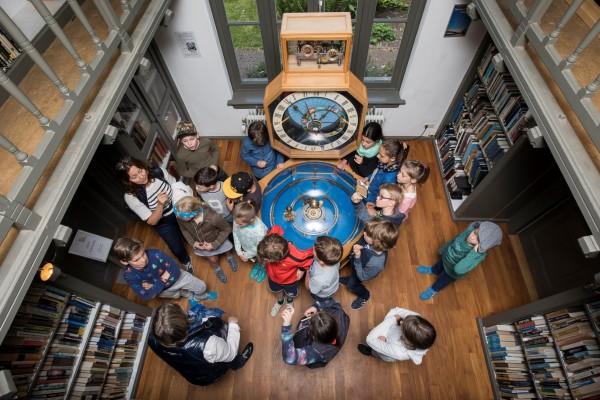 Les over planeten bij het handgemaakte planetarium van Hodzelmans in de bibliotheek van Sonnenborgh