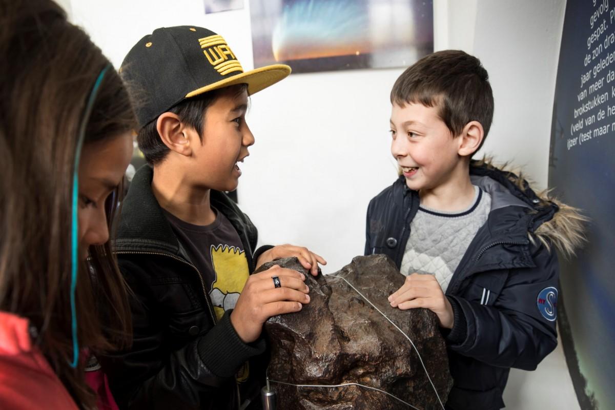 Een meteoriet van 4,5 miljoen jaar geleden aanraken op Sonnenborgh