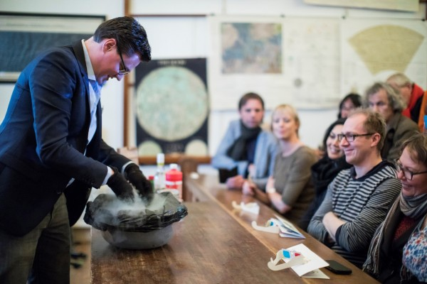 Een lezing en demonstratie over kometen in de collegezaal van Sonnenborgh