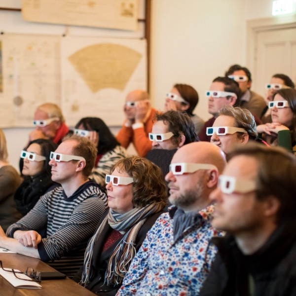 Een demonstratie in de collegezaal met 3D-brillen