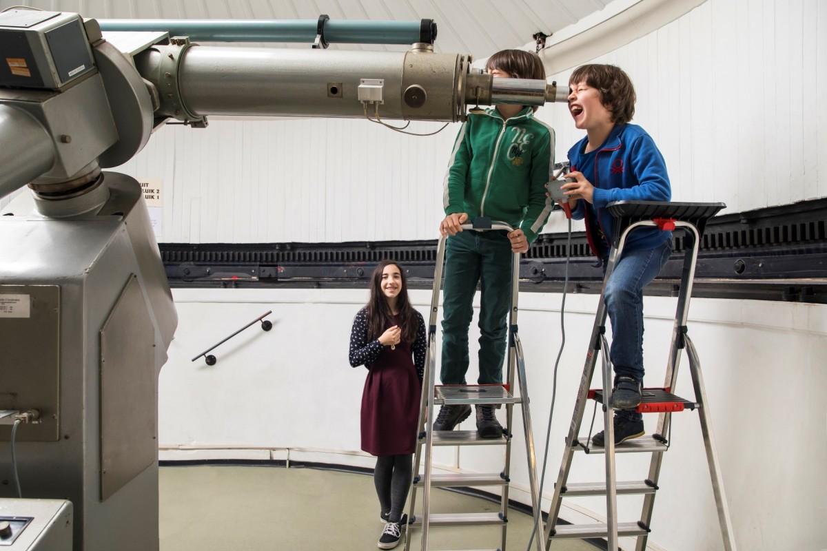 Door de grote telescoop van Sonnenborgh kijken