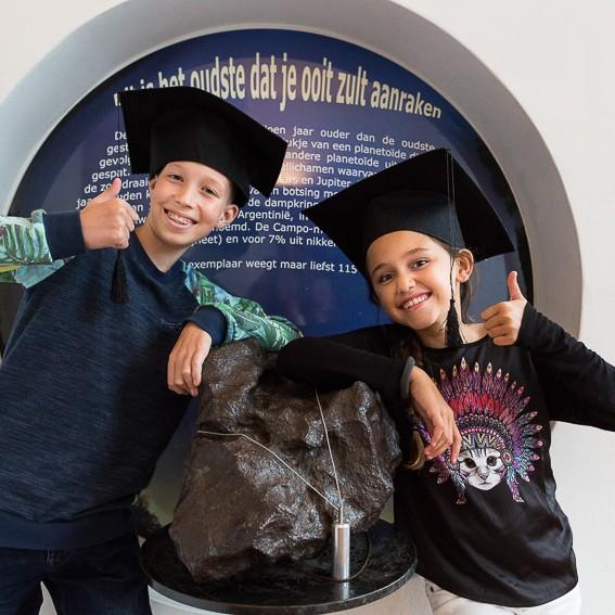 Kinderen van de MuseumJeugdUniversiteit bij de megameteoriet van Sonnenborgh