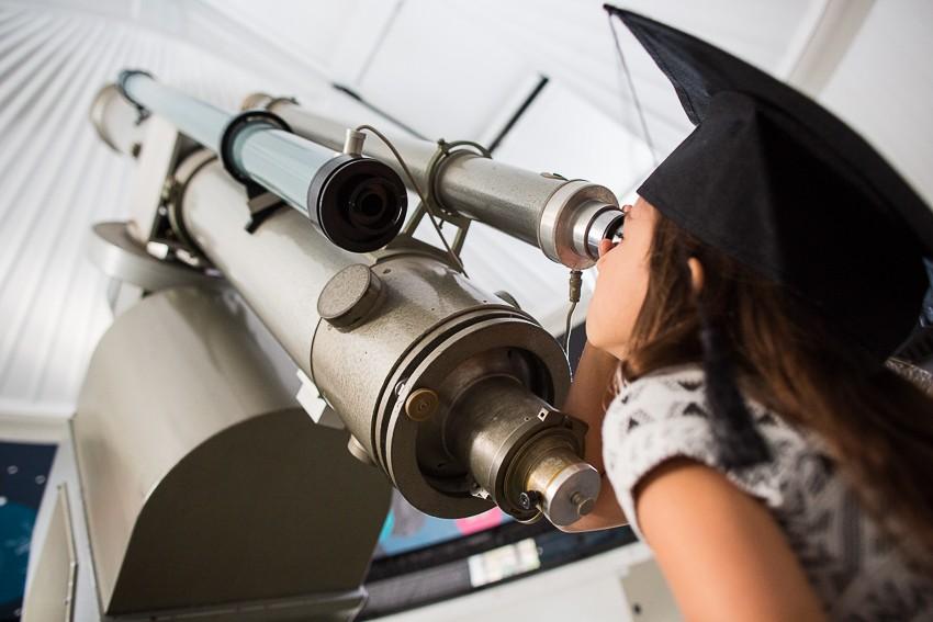 Vlogger van de MuseumJeugdUniversiteit bij de grote telescoop van Sonnenborgh