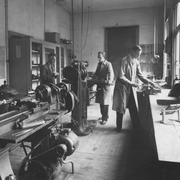 Medewerkers in de werkplaats van Sonnenborgh in 1944