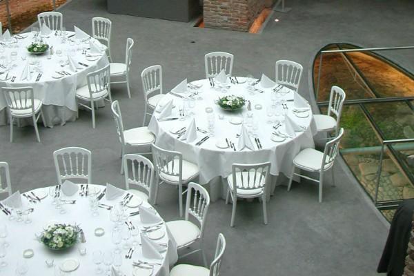 Aangeklede tafels van Catering Oud London op het Terreplein van Sonnenborgh