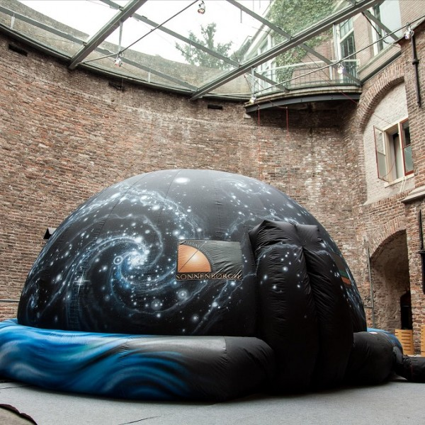 Het mobiele planetarium van Sonnenborgh, aangeschaft met donaties