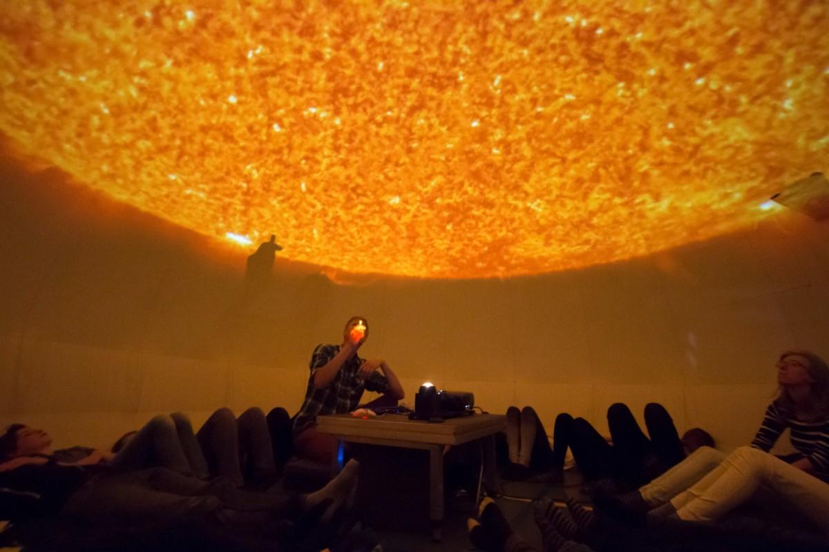Les in het planetarium van Sonnenborgh over de zon