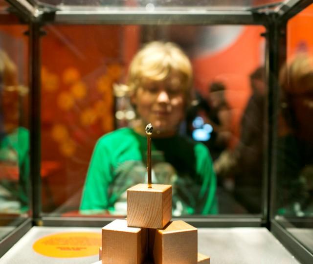 Bezoeker van de tentoonstelling Meten = weten! op Sonnenborgh