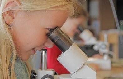 Door de microscoop kijken op zoek naar micrometeorieten
